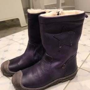 Helt nye super lækre vinterstøvler i en flot mørkelilla farve. De er i 100% læder og foer af 100% uld. Derudover er de tex, så de er vandtætte. Har en super pasform og en lynlås helevejen ned, så de er nemme at få på og af. Nypris 999kr.