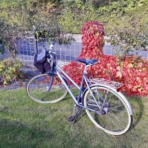 Sælger denne flotte damecykel for min far. Everton, 7 gear, nye slanger, nye dæk, ny kæde. Forsikringsgodkendt lås. Kører godt.