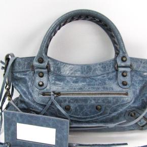 Balenciaga taske i god stand uden slid.  Haster med salg, så er til at handle med :)  Kvittering medfølger     Balenciaga City, Balenciaga first, Chanel, Prada, Dior, Yves Saint Laurent