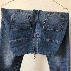 Højtaljet jeans med lynlås, str s/m  Sendes (38kr) eller hentes i Glostrup📦 Se flere ting på min profil - følg gerne 🌼🐝