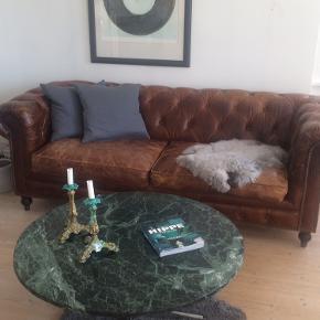 Super fedt, smukt vintage rundt marmor sofabord, 70'er retro. Vanvittig flot grøn marmorplade i super stand. Mål; diameter 98cm x H42cm. Pladen er 2 cm tyk. Krom fod. Gerne mobilpay eller kontant afregning ved afhentning. Køber står selv for evt. Fragt.