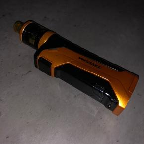 80w med 1 batteri (18650) med tanken Amor ns pro. Der medfølger en ny coil/brænder, samt alt original emballage og medfølgende tilbehør som bl.a. et ekstra glas til tanken. Den anbefales både til brug for MTL & DL. Den er også noget kraftigere end den ser ud, den er lille og smart. Coils som hedder ns triple til denne er nærmest umulige at lave dry hits med, så længe der er væske i tanken. Tanken er let at påfylde, da låget blot skubbes til siden. Den har ingen væsentlige skader eller tegn på brug foruden ganske få alm brugsspor. Kontakt mig gerne for mere info.