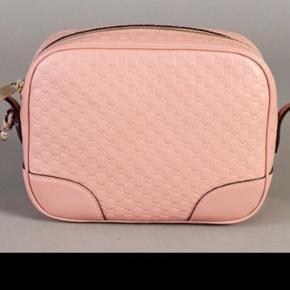 Lækker crossbody taske fra Gucci i tykt læder i monogrampræg. Den har stadig originalt beskyttelsesindpakning på.  8 x 17 x 22cm  HELT NY OG UBRUGT