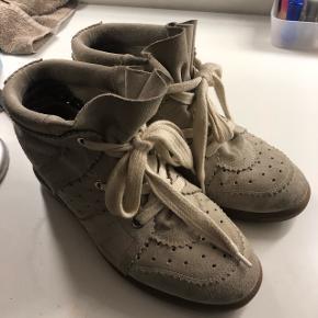 Sælger mine elskede isabel marant Bobby sneakers da de desværre er for store.   Bytter gerne med et andet par sneakers i samme prisklasse.  Har ikke andet end dustbags til dem   Str 41 men fitter 40.  Nypris 3200kr Mindstepris 1200kr