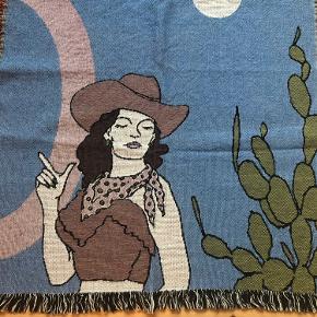 Cool håndhævet vægtæppe mangler nyt hjem! Vægtæppet er aldrig blevet brugt, og har ligget sammenfoldet i en pose - det er derfor helt som ny. Tæppet er 100% bomuld, og kan derfor nemt vaskes. Det måler 138x72  Retro, cowboy, tapestry, throw blanket, deco lyserød,