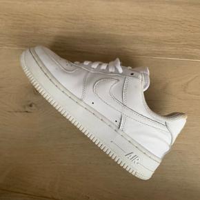 Nike Air Force i str. 36,5  Godt brugte med slid indeni i hælen på begge sko. Trænger til at få vasket snørebånd men holdt pænt hvide udenpå.