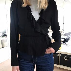 Flot sort trøje fra Envii med flæser og bindebånd. Passer en str s-m. Flot stand!   Pris: 150 kr  BYD GERNE  Tjek også mine andre varer💐😁