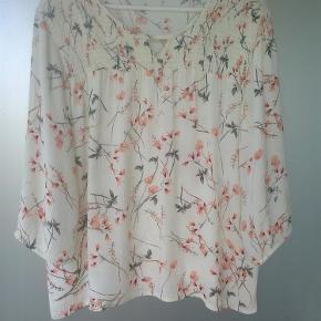 Varetype: bluse tunika blomstret blomster Farve: Cream  Ny skjorte med fint print.  100 % viscose.   Sendes med DAO med mindre andet aftales.