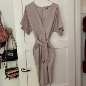 Smuk, feminin kjole fra ASOS. Aldrig brugt. Nypris 500 kr.