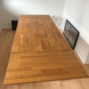"""Bolia spisebord """"Skagen"""", massivt egetræ m. 2 tillægsplader. Nypris 10.000 kr.  Bordet er nybehandlet (slebet og olieret) og står som nyt i overfladen.  Mål: B: 90 L: 140 (190/240 m. 1 eller 2 tillægsplader) H: 72,5"""