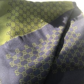 Helt nyt Gucci halstørklæde! Aldrig brugt! Prismærke stadig på.  Farve er grøn og blå. De sidste to billeder er for at vise modellen på tørklædet.   Sælges til under halv pris, da den er fået i gave, så har ikke kvittering, men den er 100% ægte.