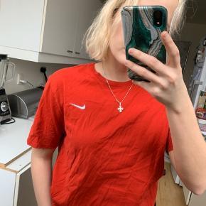 Nike t shirt i en str M. Den er en smule mere oversizes end den grå, da det jo er en størrelse større. Så hvis man er til det, er den helt klart noget for dig 😁 den er gået med maks 5 gange.