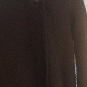 Sælger denne jakke (teddy). Pænere i virkeligheden. Svært at tage billede af.  Fejler intet.  Ingen dyr eller rygning i hjemmet. Sender gerne - køber betaler fragt.  Byd 😊