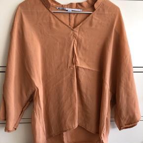 Silkeskjorte med 3/4 ærmer. Farve: Lys karamel.