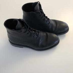 Varetype: Støvler Farve: Sort Oprindelig købspris: 2800 kr.  Lækker herrestøvle i str 40, men passer en str 41. Brugt 3 gange. Nypris 2800kr.
