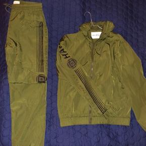 HAN Kjøbenhavn Track Suit. Bukser str. M, tracktop str. L.   Brugt 1 gang. Fejler intet.