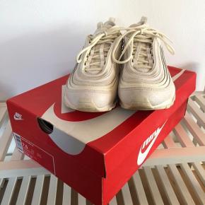 Brugt 2 gange. Desværre købt for store, da de var udsolgt i min rigtige størrelse. Får dem derfor ikke brugt. Det er verdens bedste sko! Jeg har dem i 7 forskellige colorways, og man går fantastisk i dem! Så fede! Box og kvittering haves og kan medfølge, hvis det ønskes. Købt til 1300,- i Berlin.