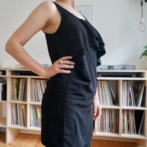 Smuk og simpel kjole fra storm & marie. Normalt krøller den ikke på maven, det skyldes at jeg har jeans under kjolen på billedet.