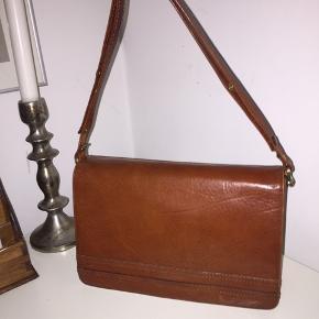 Flot taske i ægte læder, tasken kan justeres så man både kan bruge den som håndtaske/skuldertaske eller crossbody. Den er pæn i læderet men den er samtidig en ægte vintage... BYD!