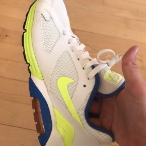 Sælger disse boxfresh Nike Air Max Terra 180 i str 40.  De er købt et par år tilbage og opbevaret i original boks - det er ikke engang prøvet på, og fremstår derfor som nyfabricerede!   Jeg mener de kostede 1200-1300kr, sælger dem for 700 Sender gerne på købers regning; alternativt kan de afhentes i København NV.