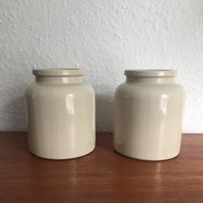 2 stk. krukker/vaser (ja, kært barn har mange navne). Prisen er for dem begge.  Mål: - højden er 12,5 cm  - diameter øverst 7 cm - diameter bunden 10 cm