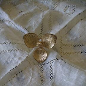 Fin blomster ring fra pilgrimStr s/m