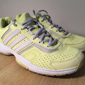 Fitnesssko, ADIDAS BARRICADE, str. 40  (UK 6,5) Fede sneaker, rigtig pæne og super pasform. Normale i størrelsen. Farverne er hvid, gul og grå.
