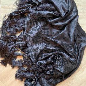 """Skønt tørklæde i silke- """"Stories"""" fra Rikkemai. Brugt enkelte gange. Fejler ikke noget."""