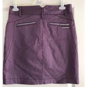 Nederdel i kraftig nylonkvalitet.  Med glat foer. Livvidde: 40 cm. X 2. Længde: 47 cm.