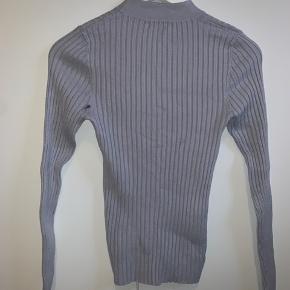Sød langærmet lyseblå bluse fra Gina tricot. Aldrig brugt