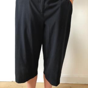 Retro 3/4 bukser med vidde. Har en fed detalje med lynlås i siderne.