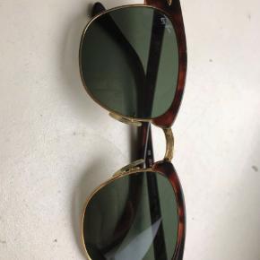 Solbriller unisex, Ray Ban  Sælger disse fede Ray-Ban clubmaster.  De er ægte og kommer uden etui.  Der er lidt ridser men intet der kan ses når man har dem på.  Derfor den billige pris.  Skriv for flere billeder!  - jeg betaler forsendelse! :-)