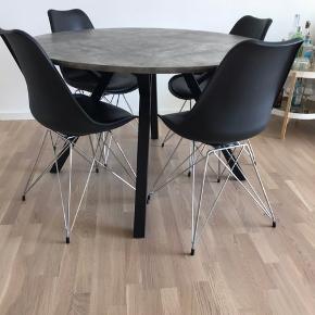 Rigtig flot spisebord, købt for lige under et år siden.  Bordet er 120 i diameteren.  Bordet har fået en lille skramme ses på billede 3, derfor sælges det til halv pris