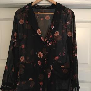 Smuk skjortebluse fra Zara i størrelse S. Almindelige brugsspor men i rigtig god stand.  Afhentes i Aarhus C eller sendes på købers regning :)