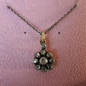 Vedhæng med diamanter sølv og guld fra Marlene Juhl Jørgensen. Halskæde er sølv og ikke samme designer. Kvittering haves. Butikspris 5500kr