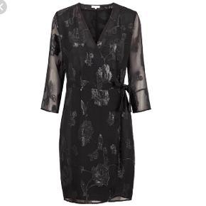 Smuk kjole fra Second Female i str S (passer også str M/medium som jeg selv er) 😊 Style: Demi Dress.  Aldrig brugt og stadigt med mærke!