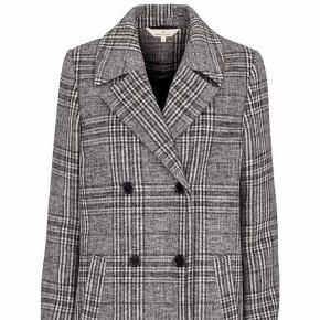 Frakke fra Basic Apparal i modellen Gladis.  Brugt, men i pæn stand. Nypris 1500,-.