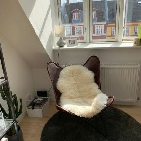 Flagermus stol sælges i brun læder :-) er aldrig blevet brugt og har blot stået til pynt