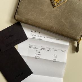 Super flot pung fra Prada.  Købt i Prada i Cannes, Frankrig.   Små brugstegn men som blot gør pungen flot at se på!   Kvittering haves og medsendes.