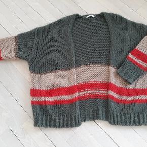 An'ge cardigan , onesize / stor i str , super lækker.  army/rød/sand farvet med guldtråde , nypris 899kr