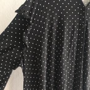 Smuk lang prikket kjole fra asos  Har desværre bestilt den i forkert str og den er for stor  Flere billeder i kommentarfelt  Str 54  Flæser på ærmerne  Maxi kjole Prikker Knapper Skjortekjole
