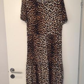 Leopard kjole fra Moves  Minimun med korte ærmer.  Over bryst måler den 50cm Længden er 115cm