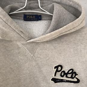 Lækker lysegrå hættetrøje / sweatshirt fra Polo Ralph Lauren. Brugt få gange. Fin stand.  Se mine andre annoncer!