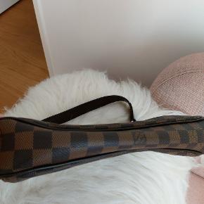 Jeg sælger min Louis vuitton Thames Damier Ebene PM model.størrelse 30x7x22cm. Skulder strap 28cm.Jeg har ingen kvittering men  Den er 100% ægte. Fast Pris 5000kr.