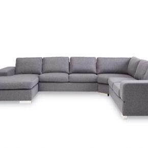 U-sofa med vendbar chaiselong. Billedet er lånt og ikke helt magen til min, da min står usamlet. Min er mørkegrå/koksgrå.