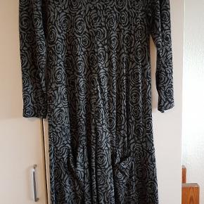 Masai kjole str s Længde 98 cm Bm: 43 cm målt foran uden at strække  Viskose med lommer 140 kr
