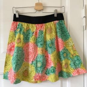 Fin blomstret nederdel fra asos Str 36/38 - svarer til en small Ikke elastikkens i taljen, men der er lynlås bagpå  Kan hentes i Aalborg eller sendes med DAO på købers regning :)