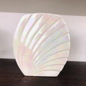 Smuk art deco vase i perlemorsglasur med smukke farver. 😍🌸🌈 Mål: H.20.5 • B.18 cm.