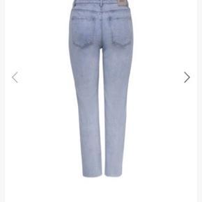 Emily jeans - Str 29/34. Super lækre jeans med stretch. Brugt 1 gang, da jeg har købt dem i en forkert farve.