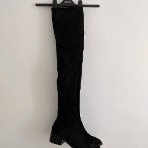 Thigh high støvler fra Other Stories i sort ruskind. Så lækre! Sidder godt til på lårene og næsten ikke brugt. Mener np var 1200,-